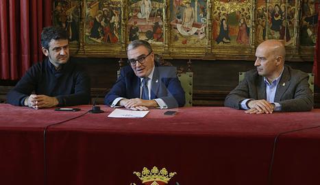 L'acte de signatura del conveni de col·laboració entre Isidre Esteve i la Paeria.