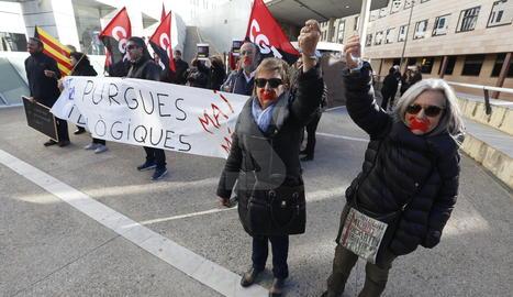 Una protesta aquest matí als jutjats de Lleida contra la citació de vuit mestres a la Seu d'Urgell.