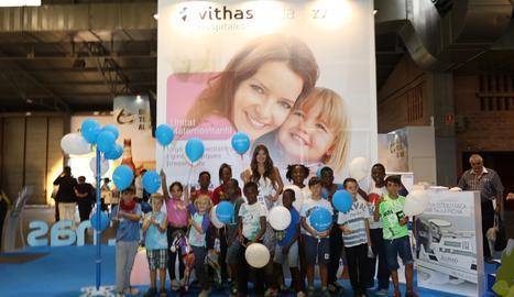 Els nens que es van fotografiar amb Xuxu a l'estand de Vithas de la Fira de Sant Miquel de Lleida.