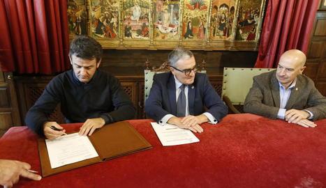 Isidre Esteve, en el moment de firmar el conveni, al costat de l'alcalde, Àngel Ros.