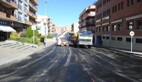 Les obres per pavimentar el carrer Domènec Cardenal.