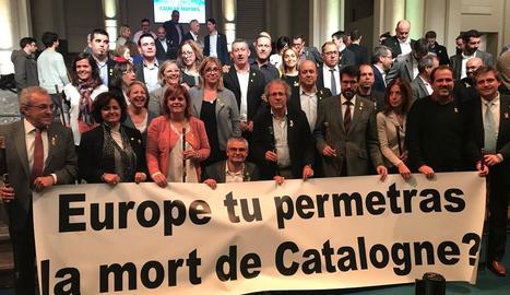 Els 200 alcaldes que van viatjar a Brussel·les (a primera fila, el de Cervera, Ramon Royes) van desplegar una pancarta davant de la seu de la Comissió Europea.