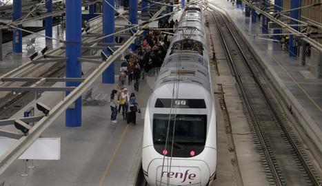 Un tren Alvia Avant a l'estació de Lleida.
