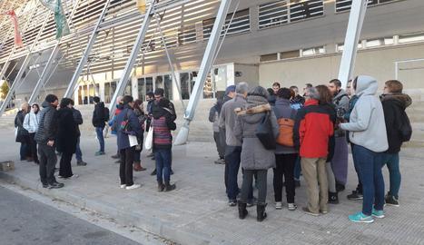 Membres del Comitè de Defensa de la República a Lleida, reunits a les 8 del matí al Barris Nord.