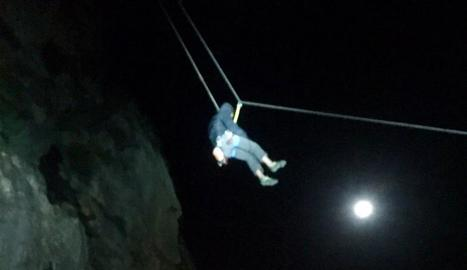 Moment del rescat d'un dels escaladors.