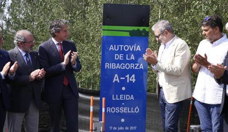 El rètol en què l'A-14 es denomina Autovía de la Ribagorza, en la inauguració de l'autovia al juliol.