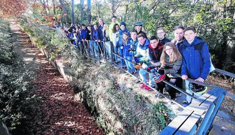 Un grup d'alumnes, ahir, al paratge de la segona màquina del Parc de la Banqueta de Juneda.