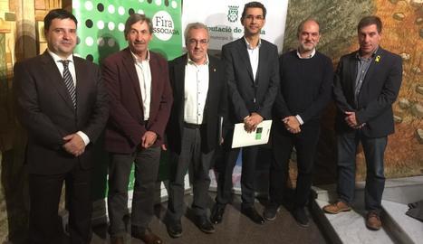L'alcalde, Enric Mir (centre), amb les autoritats a la presentació.