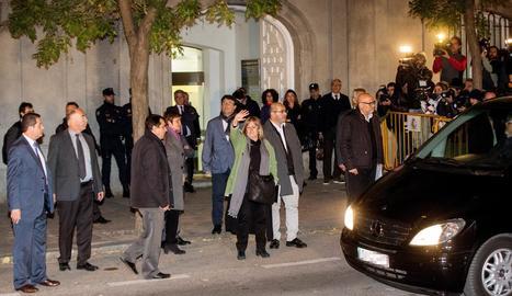 Ramona Barrufet, al centre, saludant els congregats al sortir ahir a la nit del Suprem.