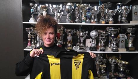 Caitlin Jarvie posa amb la samarreta del Pardinyes a la sala de trofeus del club.