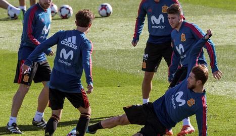 Sergio Ramos intenta robar la pilota a un company durant l'entrenament de la selecció.