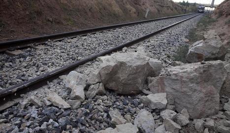 Un tren de la línia de Manresa xoca contra una roca entre Vilagrassa i Anglesola