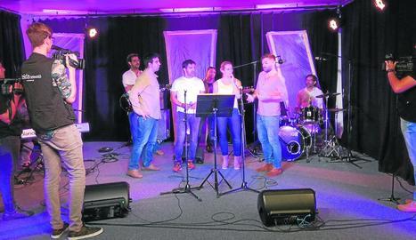 Lleida TV grava el concert 'Kastanya.cat' - A partir de les 17.00, la sala Cotton de Lleida acull amb entrada gratuïta el concert Kastanya.cat, que reuneix tretze grups i culmina set setmanes de programes emesos per Lleida Televisió.