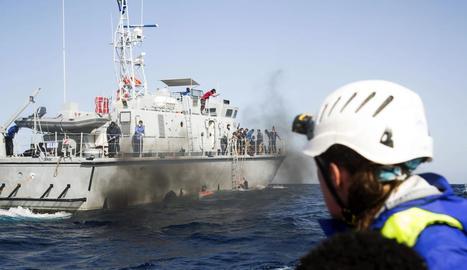 Imatge facilitada per l'ONG alemanya de la patrulla líbia en aigües del Mediterrani.