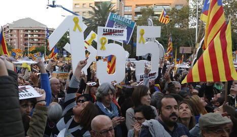 Cartells contra el 155 a la marxa de Barcelona.