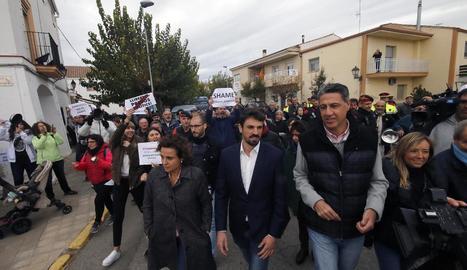 Dolors Montserrat, Dante Pérez, Xavier García Albiol i Marisa Xandri, seguits per manifestants i protegits per mossos.