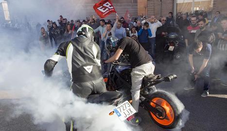 La seu del Fan Club de Cervera es va omplir per veure en una pantalla gegant la cursa de Marc Màrquez i l'eufòria es va desbordar.