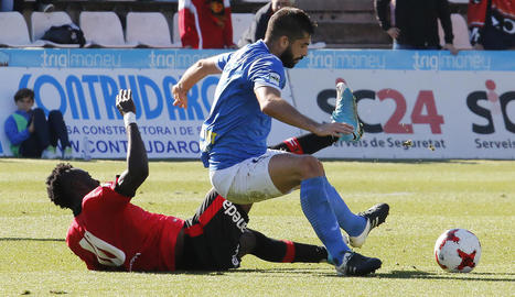 Andriu pugna amb un jugador del Mallorca, en una acció del duel d'ahir davant del líder.