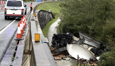 Dos morts en un accident entre un cotxe i un camió a Irun