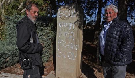 Amadeu Ros (dreta) i Josep Companys, nebot del president, davant del monument danyat.