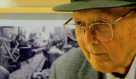 Mateu Mateu Miró, de 96 anys, a l'exposició d'Agustí Centelles.