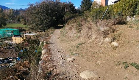 El carrer de Ronda presenta un important estat de degradació.