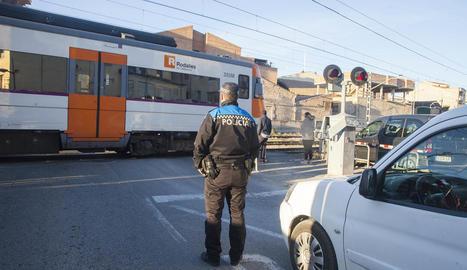 Un camió arranca una barrera del tren a Tàrrega i fuig