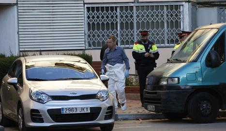 Els agents dels Mossos d'Esquadra ahir buscant proves.