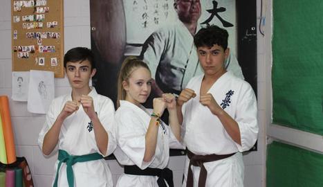 Els tres esportistes del Club Karate Sakura Ribagorça que van anar al Campionat d'Europa.