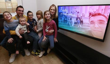 Albert Casi i Goretti Biel amb els seus cinc fills (Blai, 6 anys; En donen, 2; Noé, 8, i Nati i Valèria, de 5 anys), ahir la seua casa de Bellcaire d'Urgell.
