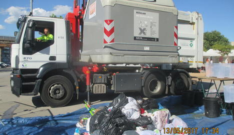 Imatge d'arxiu del buidatge d'un contenidor a Solsona.