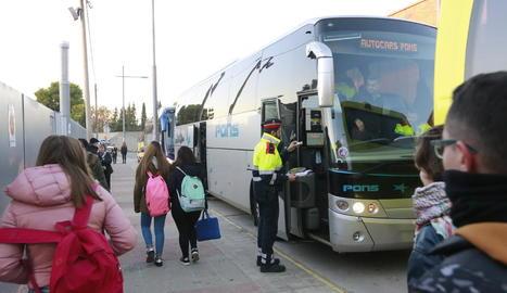 El control d'ahir als autocars a l'institut Josep Vallverdú de les Borges.