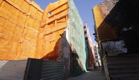 Demolició subsidiària al carrer Alsamora - L'ajuntament demoleix de forma subsidiària l'edifici ubicat al número 2 del carrer Alsamora, al Centre Històric. Operaris treballen aquests dies a l'interior de l'immoble, efectuant tasques de ...