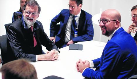 Sopar a Brussel·les - Carles Puigdemont i els quatre exconsellers que es troben amb ell a Brussel·les van sopar dijous passat amb el diputat del partit nacionalista flamenc N-VA Lorin Parys. La imatge la va pujar a Twitter Parys, on explica que v ...