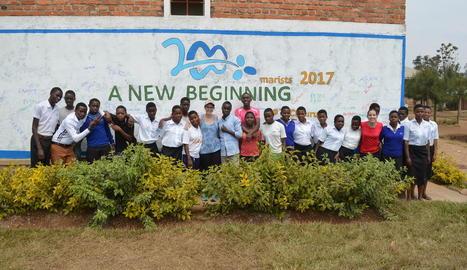 eduació. Voluntaris del SED Catalunya en una escola dels germans maristes a Ruanda.