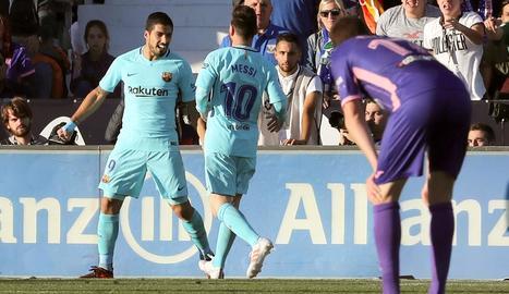 Luis Suárez, que va acabar amb la sequera, celebra un dels gols amb Messi.