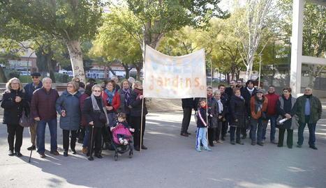 Veïns del Clot, amb una de les pancartes que van utilitzar en les mobilitzacions de fa quaranta anys.