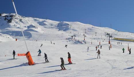 Els primers esquiadors que ahir ja van gaudir de la neu a l'estació aranesa de Baqueira Beret.