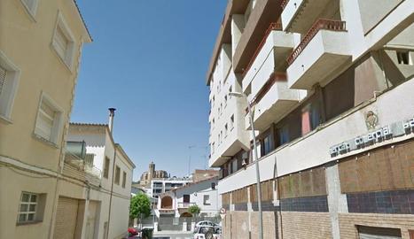 Vista del carrer on va ocórrer ahir el tràgic succés a la capital de la Noguera.