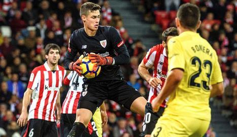 El porter de l'Athletic, Kepa, agafa una pilota en el partit d'ahir.
