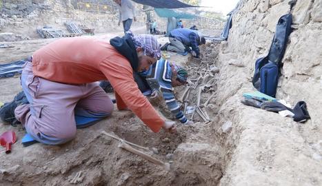 De moment s'hi han trobat una trentena de cossos i podria haver-hi un centenar.