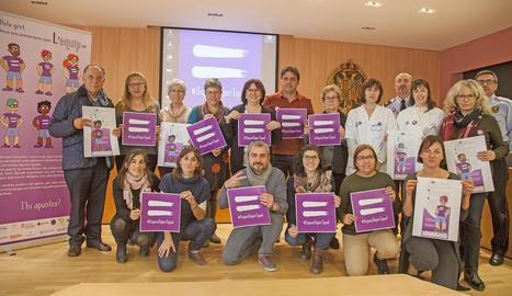 Presentació ahir de la campanya contra la violència de gènere a Tàrrega i els guanyadors del concurs de curts a Binèfar.