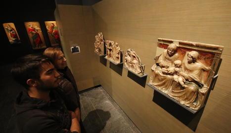 Visitants del Museu la setmana passada davant d'obres de Sixena.