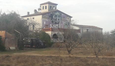 Furgons dels Mossos aquest matí a la casa okupada La Chispa, a la partida d'Alpicat.