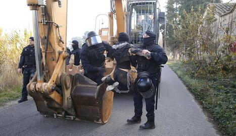 Mossos 'retiren' una okupa que havia pujat a l'excavadora per impedir la demolició.