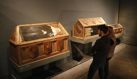 Tres caixes sepulcrals del monestir de Sixena, a l'exposició permanent del Museu de Lleida.