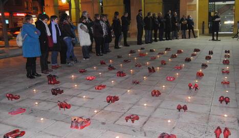 Sabates roges i manifest ahir a Mollerussa en record de les víctimes de violència masclista.