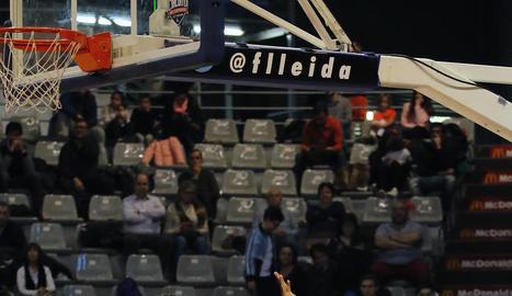 Marc Martí intenta superar la defensa de dos jugadors rivals.