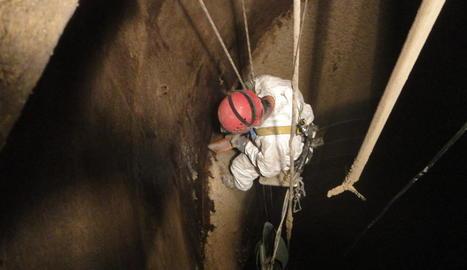 central nuclear d'ascó. Instal·lació d'uns sensors a tota la xemeneia per detectar moviments sísmics.