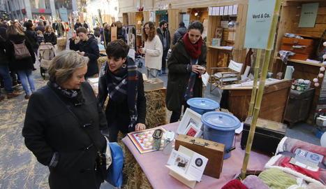El mercat va atreure clients i curiosos tant al matí com a la tarda.